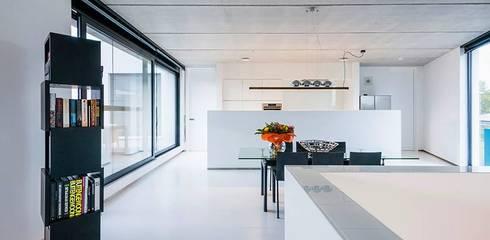 Salas / recibidores de estilo  por Architectenbureau Dirk Nijsten bvba