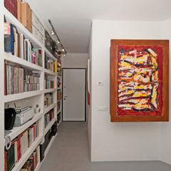 Ristrutturazione di un appartamento in Roma – 70 mq Fabiola Ferrarello Ingresso, Corridoio & Scale in stile moderno