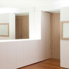 Estudio TYL Modern Corridor, Hallway and Staircase