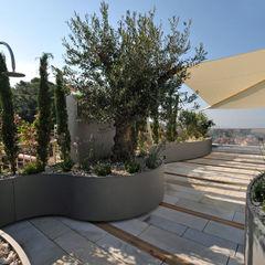 Außendusche +grün GmbH Mediterraner Balkon, Veranda & Terrasse
