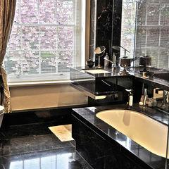 Black Marble Bathroom, Orset Ogle luxury Kitchens & Bathrooms Baños de estilo moderno