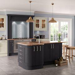 Saltaire Graphite and Ivory Painted Shaker Kitchen Sigma 3 Kitchens CocinaArmarios y estanterías