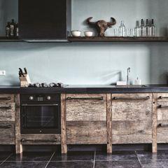 homify Industriële keukens Hout