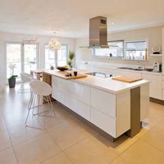 VIO 302 - Küche mit Kochinsel homify Moderne Küchen