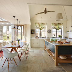 Orford | A classic country kitchen with coastal inspiration Davonport Cocinas de estilo clásico Madera