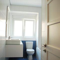 JOÃO SANTIAGO - SERVIÇOS DE ARQUITECTURA Ванна кімната Плитки Білий