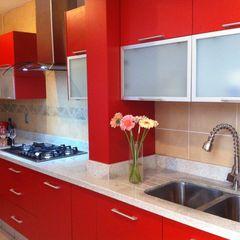 Rojo apasionado ARKIZA ARQUITECTOS by Arq. Jacqueline Zago Hurtado Cocinas modernas Aluminio/Cinc Rojo