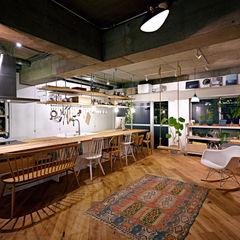 .8 HOUSE .8 / TENHACHI インダストリアルデザインの ダイニング