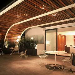 Weber Arquitectos Moderne balkons, veranda's en terrassen Hout