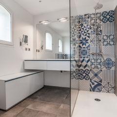 Salle de bains et carreaux ciment bleus Pixcity Salle de bainBaignoires & douches