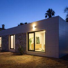 Iluminación nocturna fachada del modelo Chipiona de Casas inHaus Casas inHAUS Casas modernas: Ideas, imágenes y decoración Cerámico