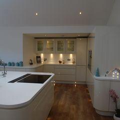 Beautiful curved island and kitchen with plenty of worktop space AD3 Design Limited Кухня в стиле модерн