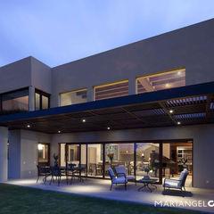 Terraza MARIANGEL COGHLAN Balcones y terrazas de estilo moderno