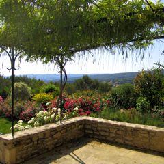 Vue terrasse. Massif rosiers I.D.O jardins Jardin méditerranéen