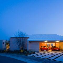 愛車と暮らす家(フェラーリ) Kenji Yanagawa Architect and Associates 二車用ガレージ車庫 木 木目調