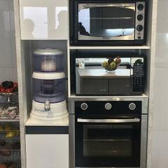 Entorno Estudios KitchenCabinets & shelves Chipboard White