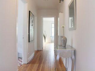 Home Staging ETW Altbau in Hamburg wohnhelden Home Staging Moderner Flur, Diele & Treppenhaus