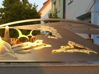 Warm Sunlight Edelstahl Atelier Crouse: 花園柵欄與牆