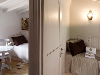 RISTRUTTURAZIONE: dagli anni '70 a un décor di impronta francese STUDIO PAOLA FAVRETTO SAGL Camera da letto in stile classico Legno Beige