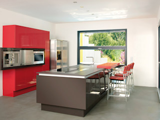 BAUHAUS VILLA MIT AUSSENPOOL b2 böhme PROJEKTBAU GmbH Moderne Küchen