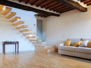 Living room OPERASTUDIO Salas de estilo rústico