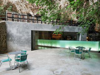 Bar in the Caves of Porto Cristo A2arquitectos Modern balcony, veranda & terrace