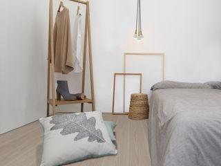 Clapham Common Flat YAM Studios Skandinavische Schlafzimmer