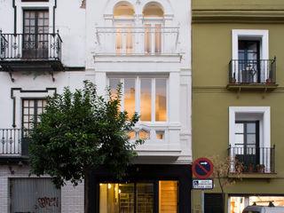 Housing Restoration in Montesión Square, Seville, Spain. Donaire Arquitectos Casas de estilo ecléctico