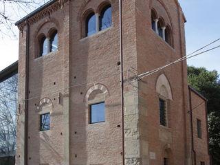 Una residenza privata nel campanile dell'antica cattedrale di Santa Colomba. Cumo Mori Roversi Architetti Case moderne