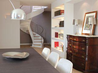Ernesto Fusco モダンデザインの ダイニング 木 白色