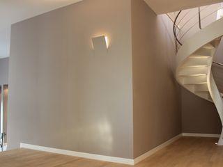Ernesto Fusco モダンスタイルの 玄関&廊下&階段 木 ベージュ