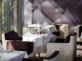 Restaurant mit Farbrat-Gravurwand und XL-Print Tapete Jakob Messerschmidt GmbH - Malerfachbetrieb Ausgefallene Esszimmer