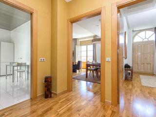 Apartamento lujo en centro de Málaga Espacios y Luz Fotografía Pasillos, vestíbulos y escaleras de estilo moderno