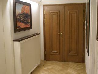 Kleines Appartement für großen Kunden Elke Altenberger Interior Design & Consulting Ausgefallener Flur, Diele & Treppenhaus