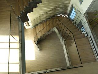 Siller Treppen/Stairs/Scale 玄關、走廊與階梯階梯 木頭 Multicolored