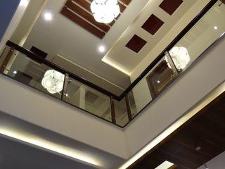 Hasta architects Pasillos, vestíbulos y escaleras modernos