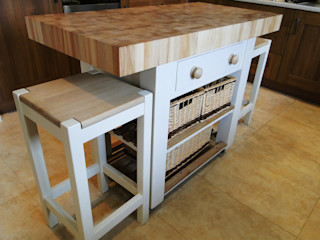 Kitchen island - double overhang Country Interiors CuisinePlacards & stockage