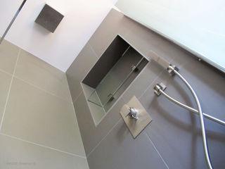 INSIDE Création Baños de estilo moderno