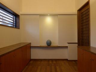 H2O設計室 ( H2O Architectural design office ) Corridor, hallway & stairsDrawers & shelves