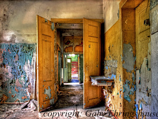 Durchgangszimmer Gaby Ehringshausen Rustikale Fenster & Türen