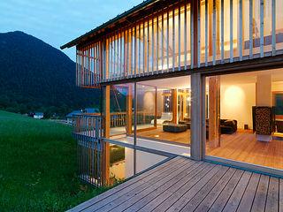 Privathaus mit Holzfenstern KAPO Fenster und Türen GmbH Ausgefallene Fenster & Türen