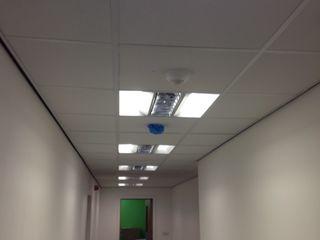 Meeting room with 'floating ceiling' rafts Lancashire design ceilings Moderne kantoorgebouwen