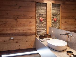 UN CALDO CHALET DI DESIGN archstudiodesign Bagno in stile scandinavo