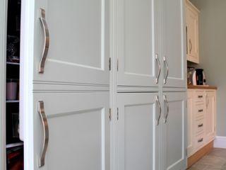 Mizzle and Lime White Kitchen Krantz Designs Cucina in stile classico