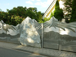 Alaskan Mountain Gate Edelstahl Atelier Crouse: 庭院