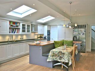 Richmond, London Kitchen Laura Gompertz Interiors Ltd Cocinas de estilo clásico Morado/Violeta