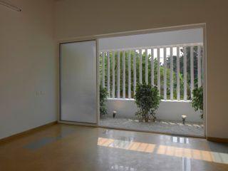 The Selfless House LIJO.RENY.architects Puertas y ventanas de estilo moderno
