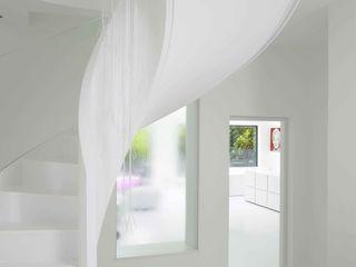 Ice White House-Luxury home Quirke McNamara Pasillos, vestíbulos y escaleras de estilo minimalista