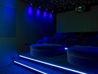 Ice White House-Luxury home Quirke McNamara Salas multimedia de estilo minimalista