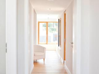 in_design architektur Modern Corridor, Hallway and Staircase